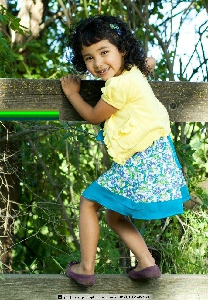 笑容纯真 攀栏 活泼好动 天真烂漫 外国儿童 女童 公园 室外写真 可爱