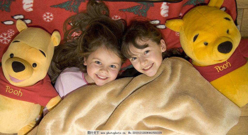 甜蜜微笑 表情自然 床褥 绒毯 抱抱熊 共枕相依 金色童年 外国儿童