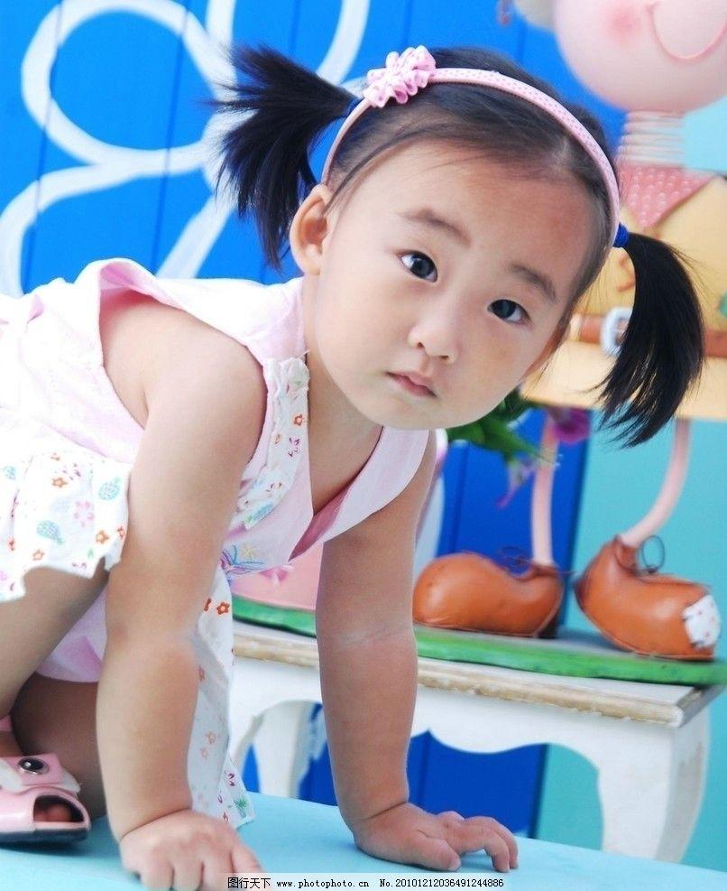 可爱 小女孩 女童 羊角辫 花头箍 单眼皮 樱桃小嘴 可爱小脸 纯真表情
