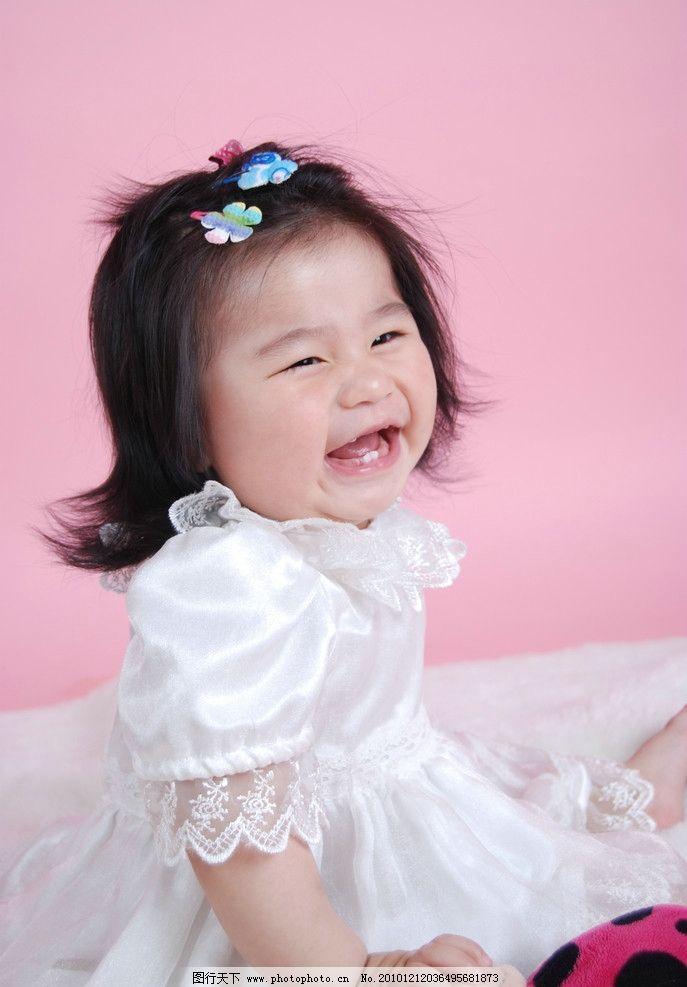 小女孩 女童 小花头饰 漂亮纱裙 小公主打扮 可爱的脸 张嘴大笑 两颗