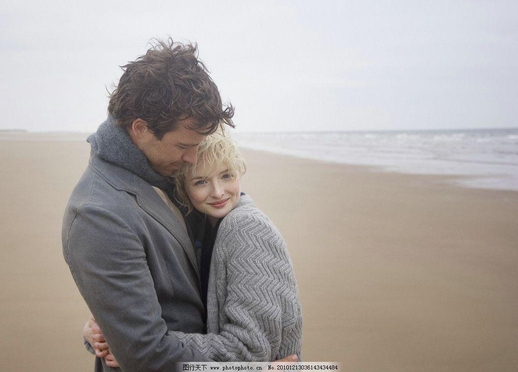 海边度假的浪漫情侣图片