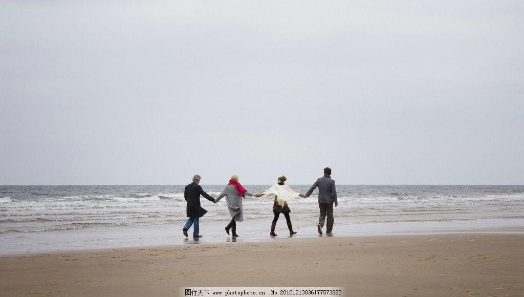一家人海边度假图片