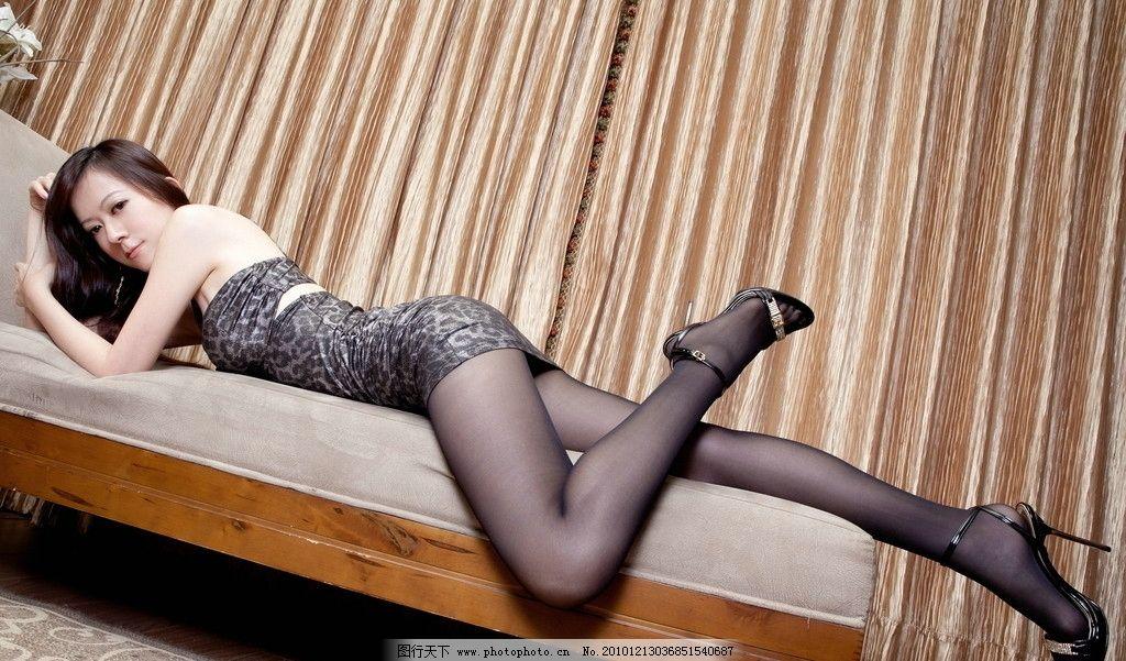 长腿美女 美女 东方 女性 室内 长发 黑发 特写 长腿 美腿 曲线 性感 修长 高跟 黑色 丝袜 豹纹 短裙 沙发 女性女人 人物图库 摄影 300DPI JPG