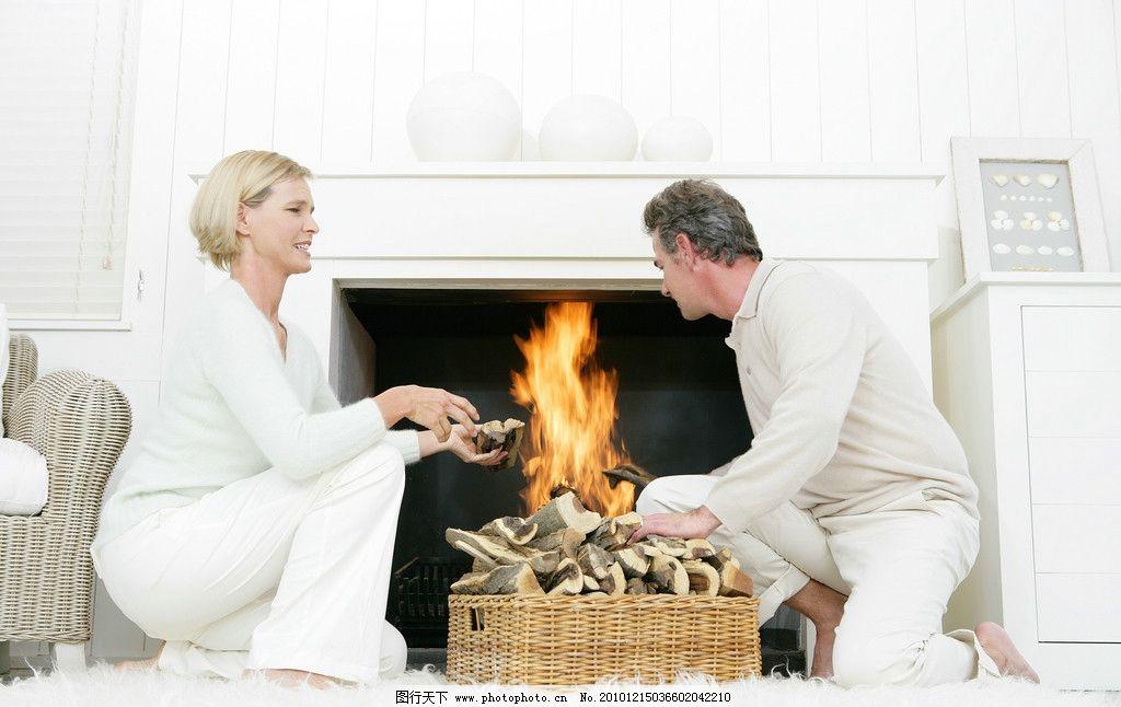 聊天生火的老年夫妻 聊天 生活 欧式火炉 柴火 老年夫妻生活 老年夫妻