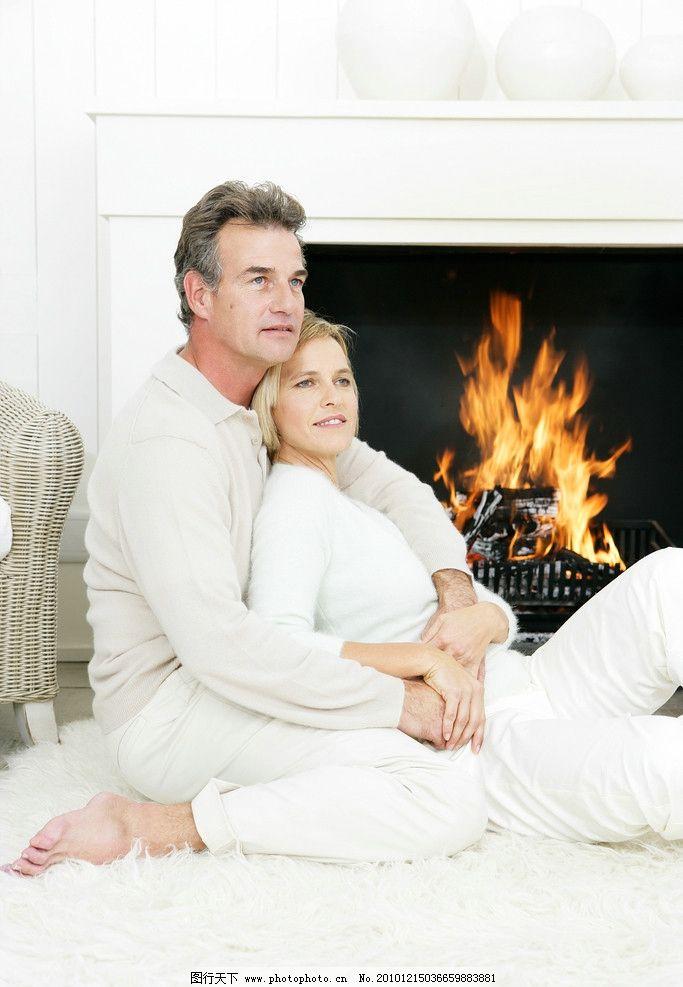 火炉边亲昵老年夫妻 拥抱 亲密 亲昵 欧式火炉 柴火 老年夫妻生活