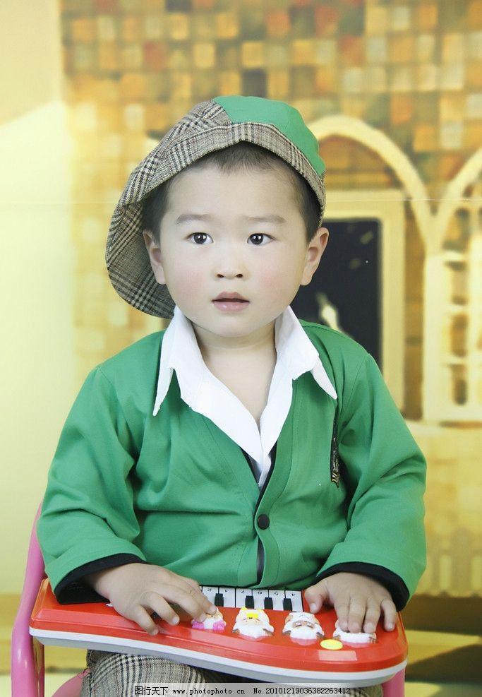 弹琴的小男孩 国内小男孩 儿童摄影 高清 小帅哥 2岁男孩 帽子 房屋背