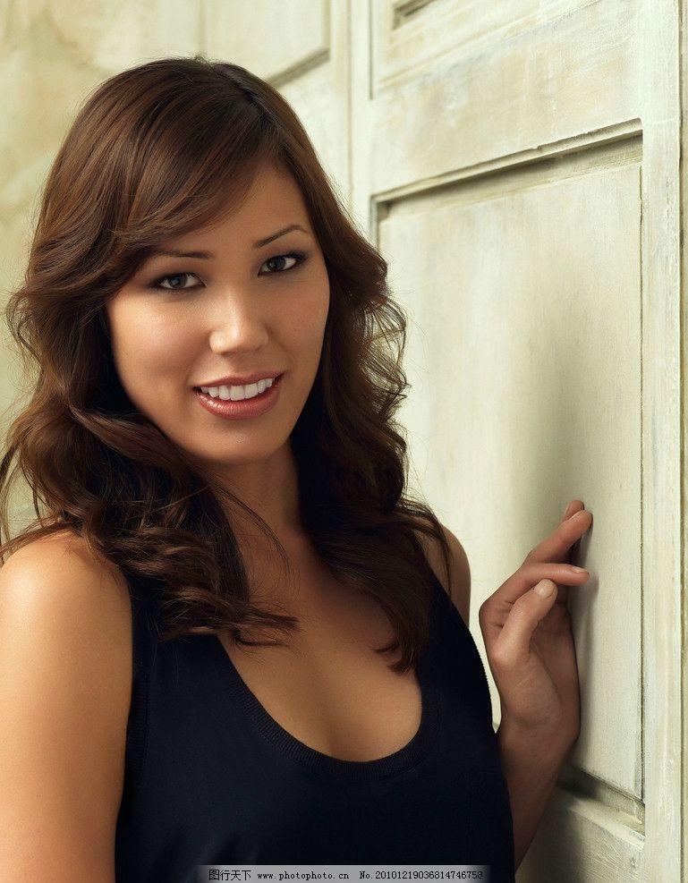 亚州女人�9�'�od9o9f�x�_穿黑色t恤的亚洲美女模特 性感 卷发 女性女人 摄影