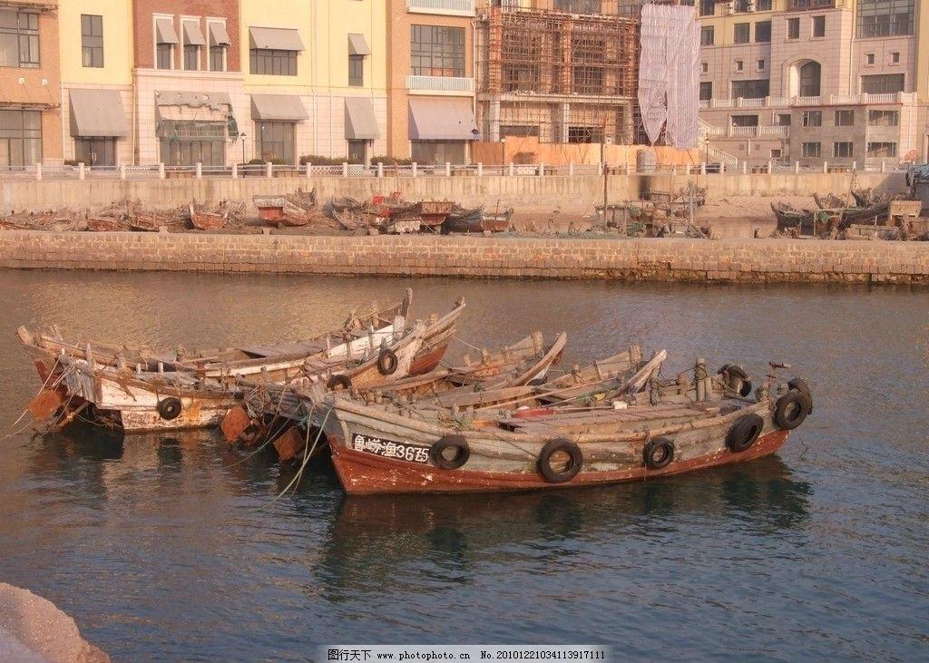 港湾停船 青岛 崂山 海滨 海港 停泊 四只小鱼船 远处 另一港湾 停船