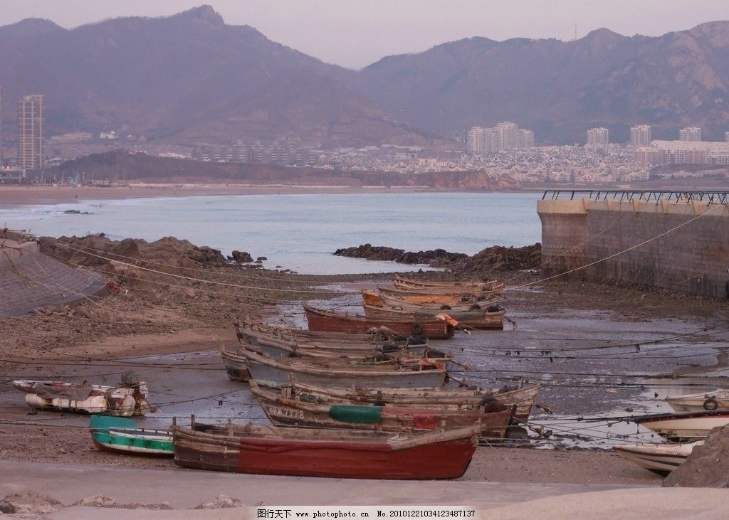 退潮的港湾 青岛 崂山 海滨 海港 港湾 退潮 数条小船 停在滩上 远方