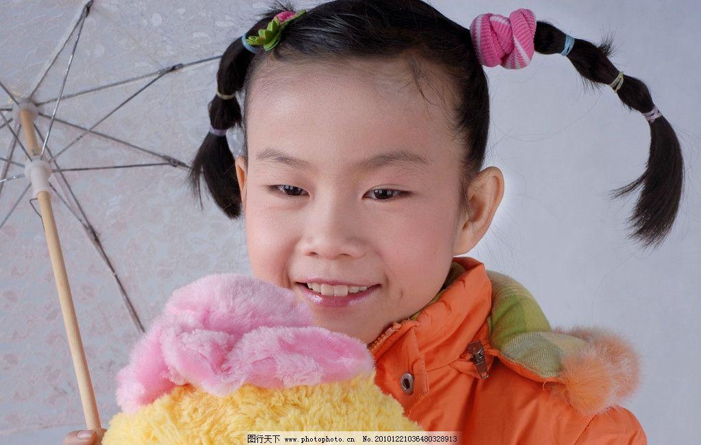 小女孩 小辫子 小雨伞 娃布娃 微笑 儿童幼儿 人物图库 摄影 300dpi