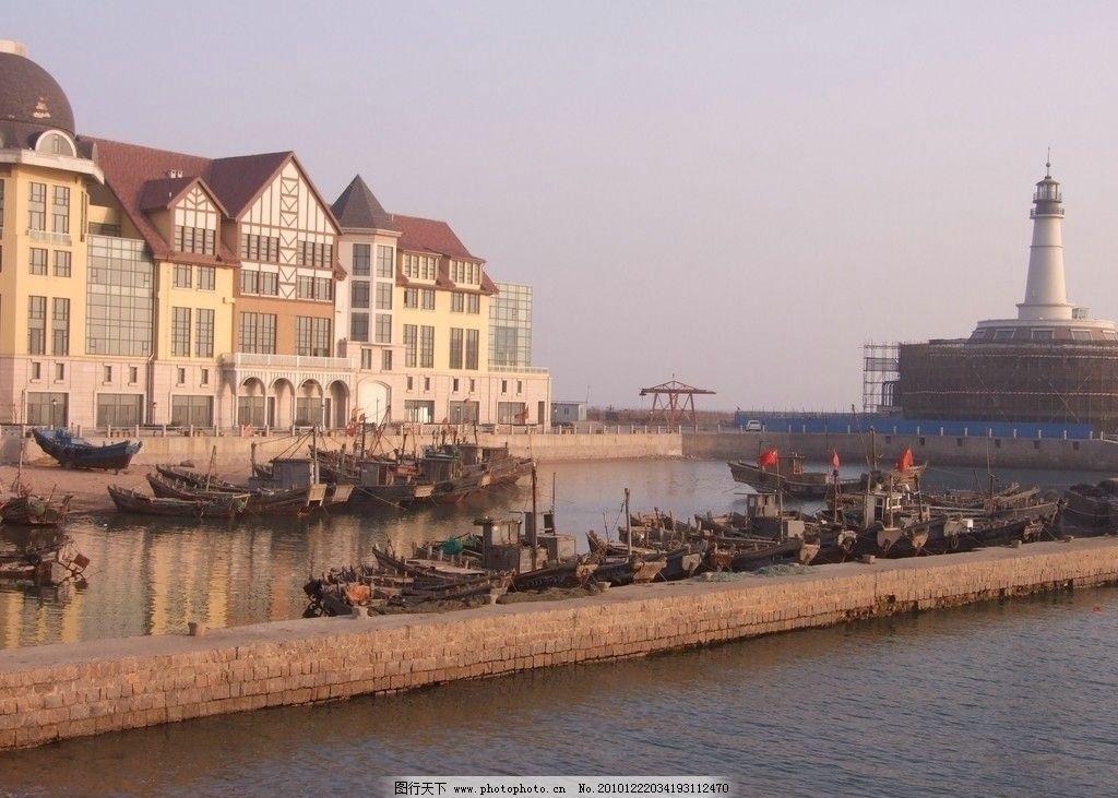 海港鱼船 青岛 崂山 海滨 海港 停泊 机帆船 小鱼船 坝堤 岸上 房屋