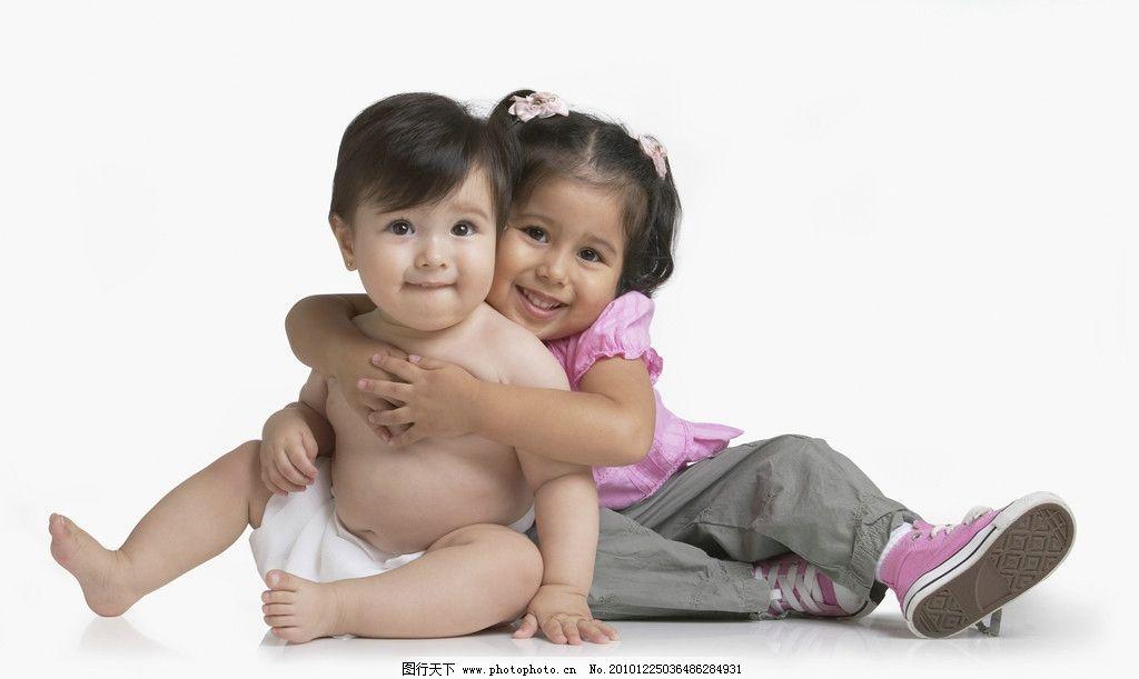 可爱抱着的小姐妹图片