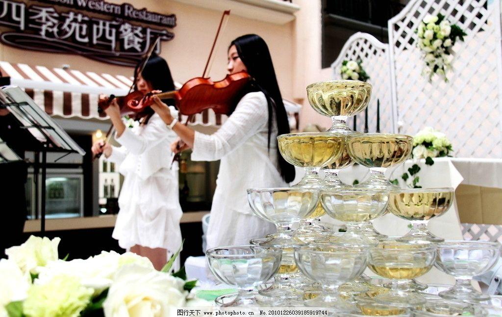 婚礼现场小提琴表演 演出 结婚 西式婚礼 香槟塔 西餐厅 摄影图片