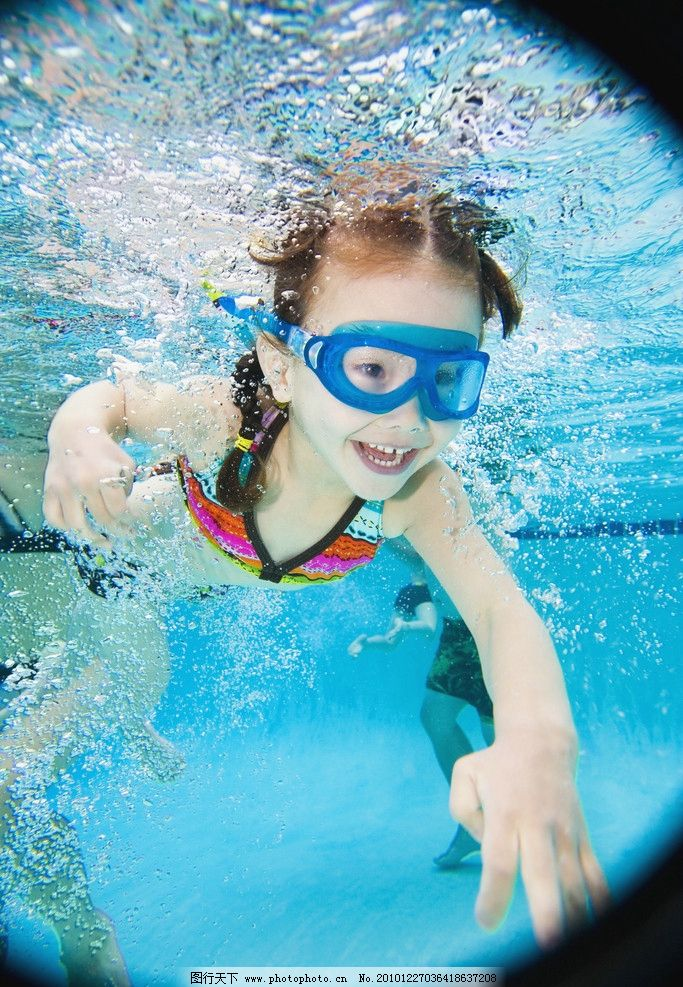 水中游泳的小女孩图片