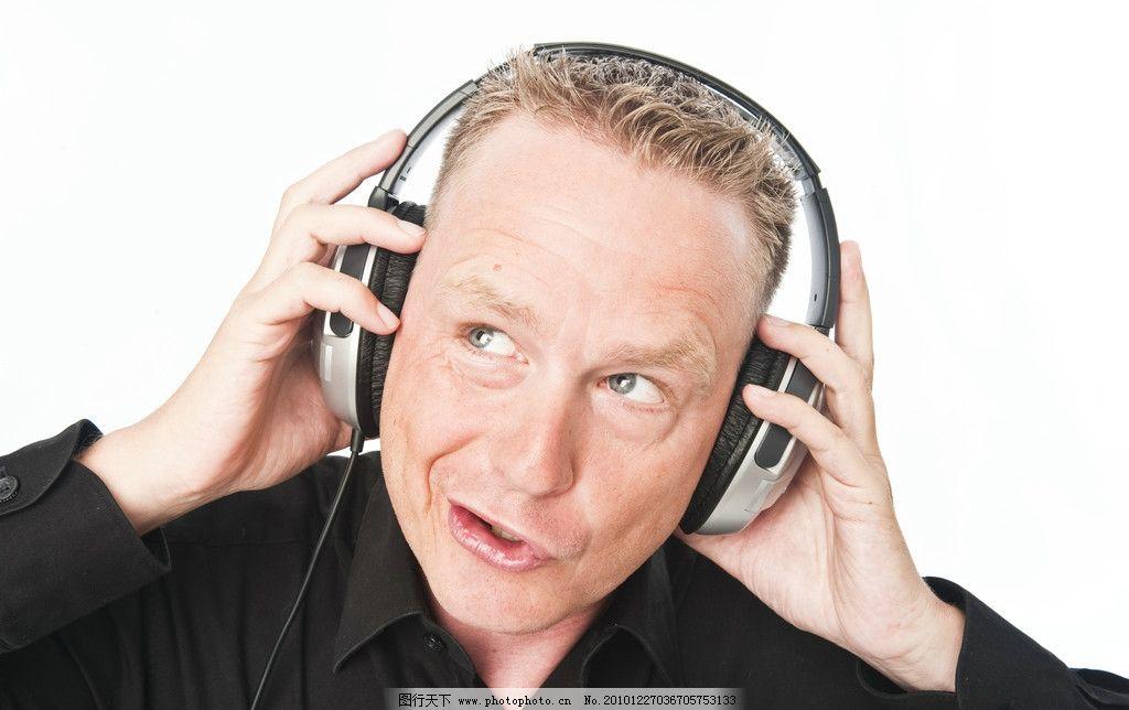 戴着耳机唱歌的男人图片