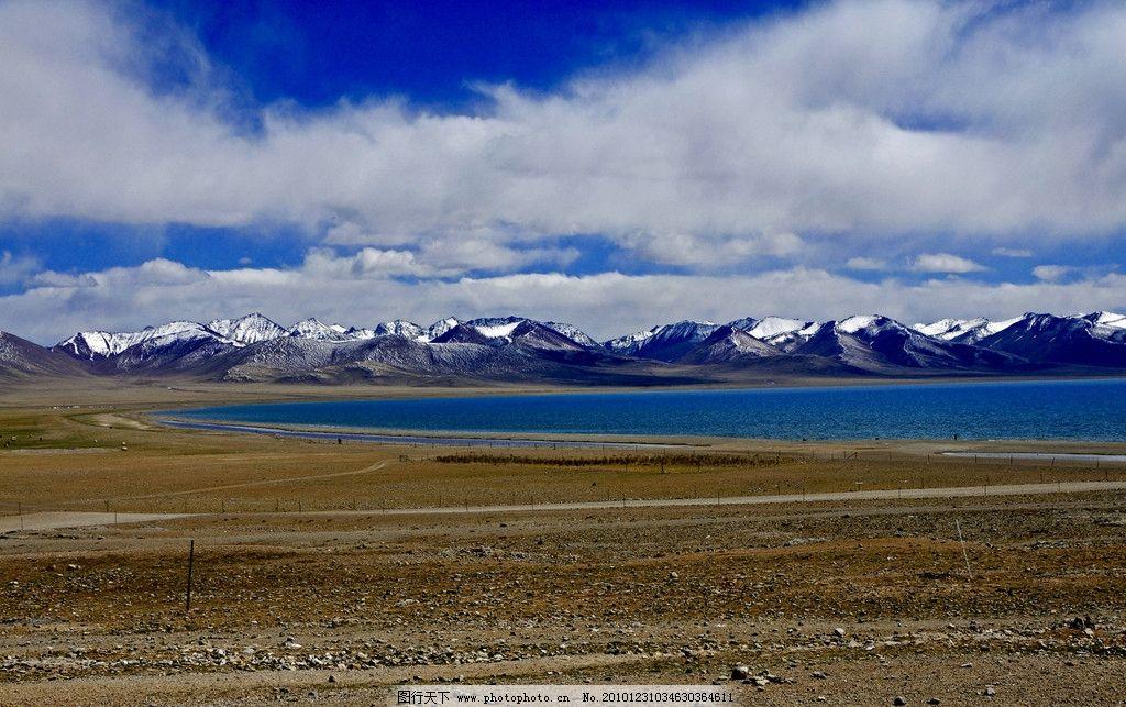 西藏风景 湖泊 湖水 岸滩 远山 蓝天 天空 白云 云朵 沙地