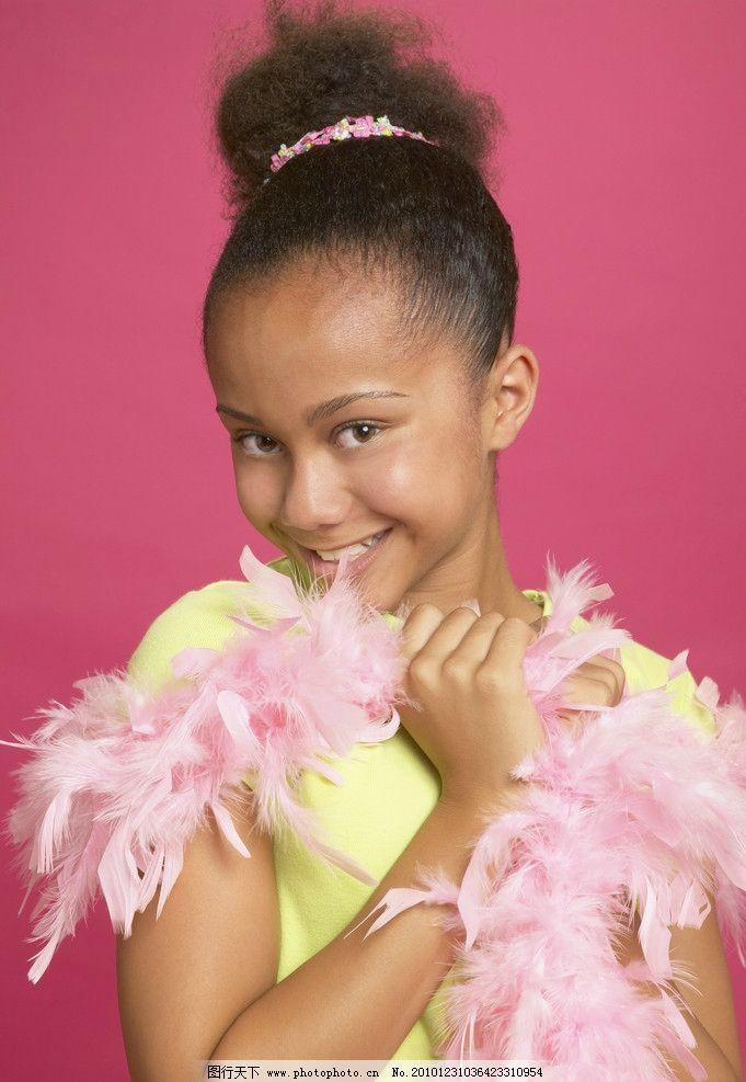 优雅微笑的小美女 造型 姿势 羽毛 小学生 孩子 儿童 天真 可爱